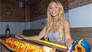Food Blogger Ini Berhasil Habiskan Hot Dog Sepanjang 91 Cm
