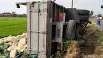 Truk Bermuatan Puluhan Ton Semen Terguling ke Sawah di Klaten