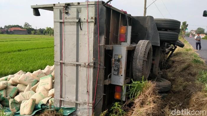 Truk bermuatan 32 ton semen terguling ke sawah di Klaten. (Achmad Syauqi/detikcom)
