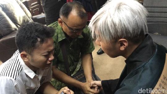 Momen Hikmah Kehidupan Sujud di Kaki Roy Kiyoshi