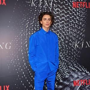 Kalahkan Keanu Reeves dan Brad Pitt, Ini Pria Berbusana Terbaik 2019