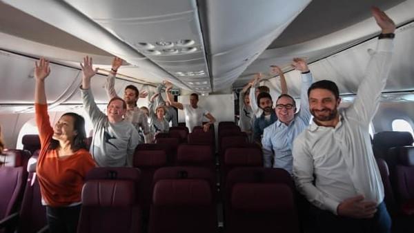 Para penumpang pesawat QF7879 dianjurkan melakukan rutinitas kebugaran di atas kapal selama perjalanan 19 jam. Mereka melakukan Callisthenics atau kalistenik yang membantu melancarkan sirkulasi darah, meregangkan otot dan mengurangi kekakuan tubuh. Latihan itu juga mengurangi jet lag(Foto: Qantas/CNN)