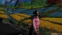 Kawasan permukiman padat penduduk ini nampak lebih berwarna dengan mural berbagai warna dan bertema alam.