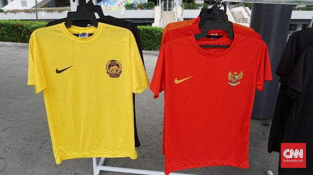 Penjualan kostum di Stadion Bukit Jalil jelang Malaysia vs Indonesia.