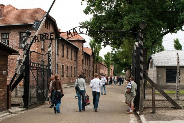 Kamp Auschwitz ini kini telah dibuka untuk umum sebagai lokasi wisata. Di sana berdiri Museum dan tempat peringatan Holocaust Auschwitz-Birkenau saja terletak di areal seluas 191 hektar.Foto: iStock