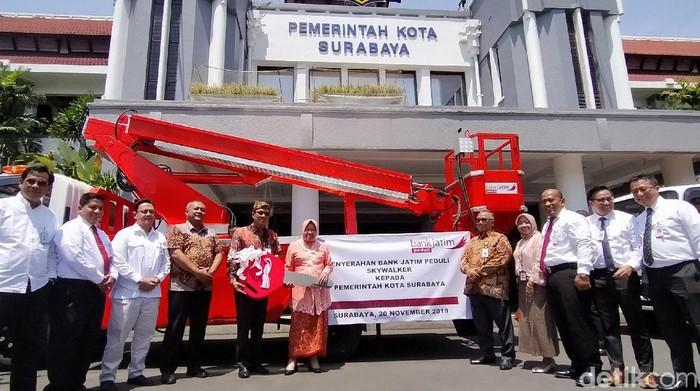 Pemkot Surabaya terima CSR dari Bank Jatim/Foto: Deny Prastyo Utomo