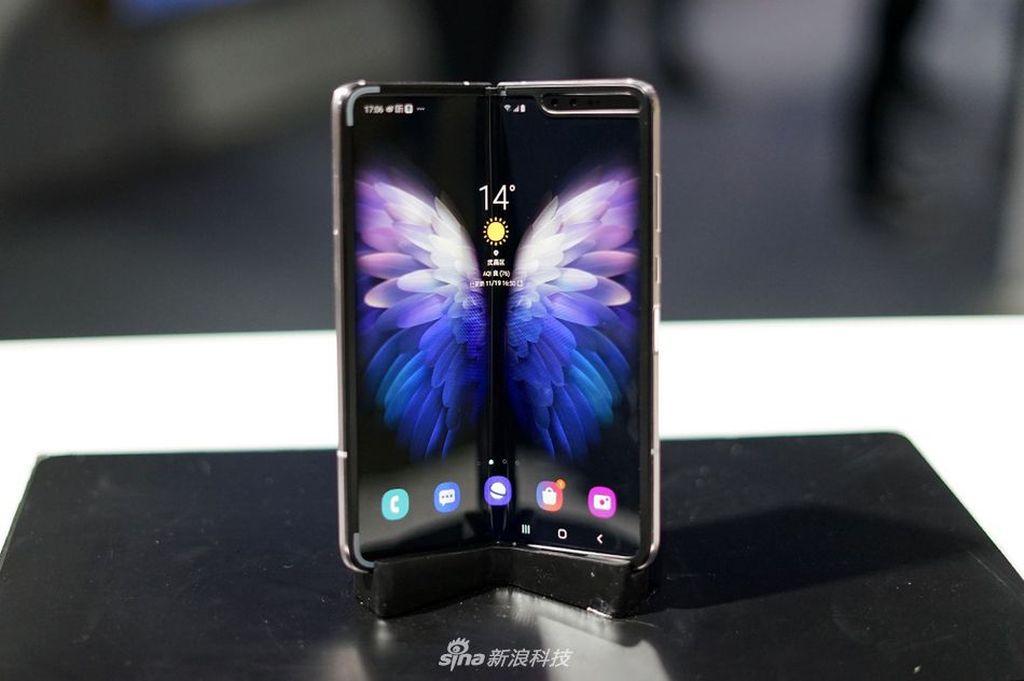 Layar bagian dalam berukuran 7,3 inch QXGA+ Dynamic AMOLED dengan rasio 4,2:3. Foto: Sina Mobile