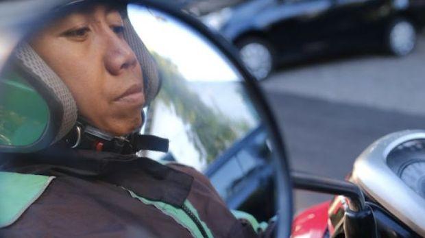 Demi Putrinya, Pemadam Kebakaran Ini Nyambi Jadi Driver Grab