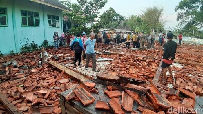Puing-puing Aula SMKN 1 Miri Sragen yang Ambruk Diterjang Angin (Foto: Andika Tarmy/detikcom)
