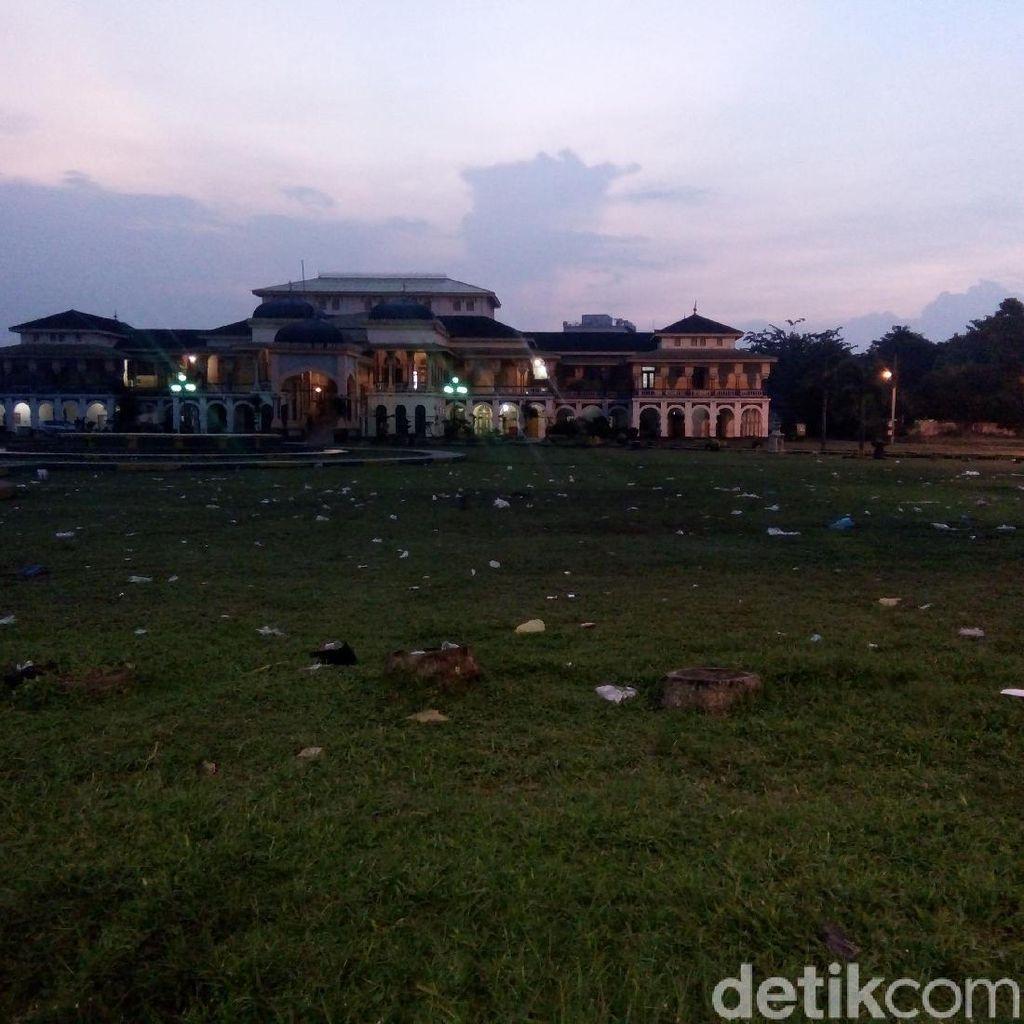 Sampah Berserakan Bikin Kotor Halaman Istana Maimun Medan