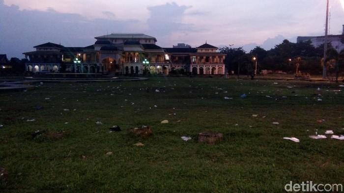 Sampah berserakan di lapangan rumput Istana Maimun Medan. (Ahmad Arfah Lubis/detikcom)