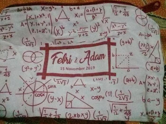 Suvenir pernikahan rumus matematika. Foto: Twitter @saiangkan