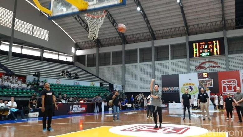 Aksi Gibran Saat Dampingi Menpora Buka Piala Presiden Basket
