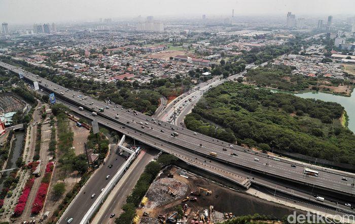 Begini penampakan infrastruktur dan arus lalu lintas di kawasan Cempaka Putih, Jakarta, Rabu (20/11/2019). Kawasan tersebut telah dilalui tol layang yang membentang dari Cawang hingga Tanjung Priok.