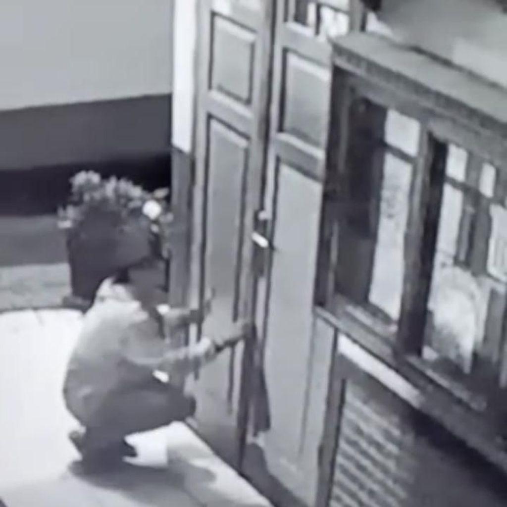 Rekaman CCTV Pencuri Gagal Gasak Barang Berharga di Sekolah Cimahi