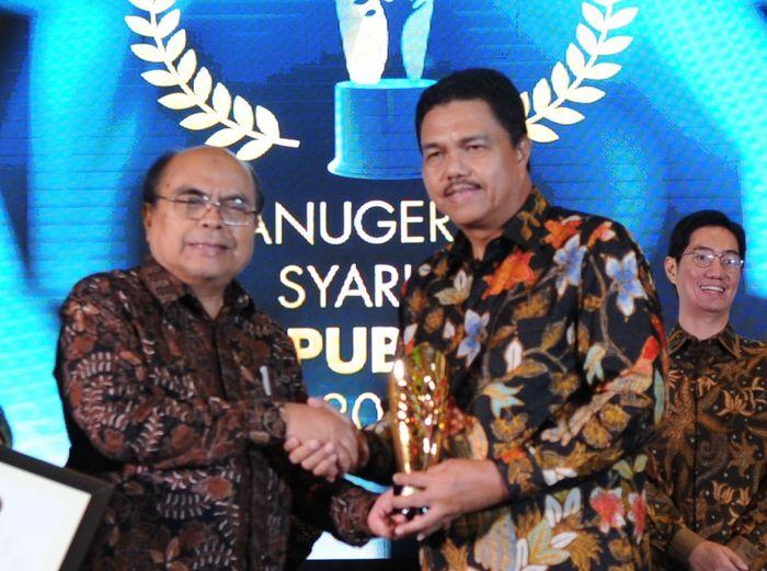 Direktur Consumer Banking Bank BTN Budi Satria menerima penghargaan syariah award 2019 untuk Unit Usaha Syariah BTN yang diserahkan oleh Ketua Baznas Bambang Soedibyo, di Jakarta, Selasa (19/11) Malam. Foto: dok. Bank BTN