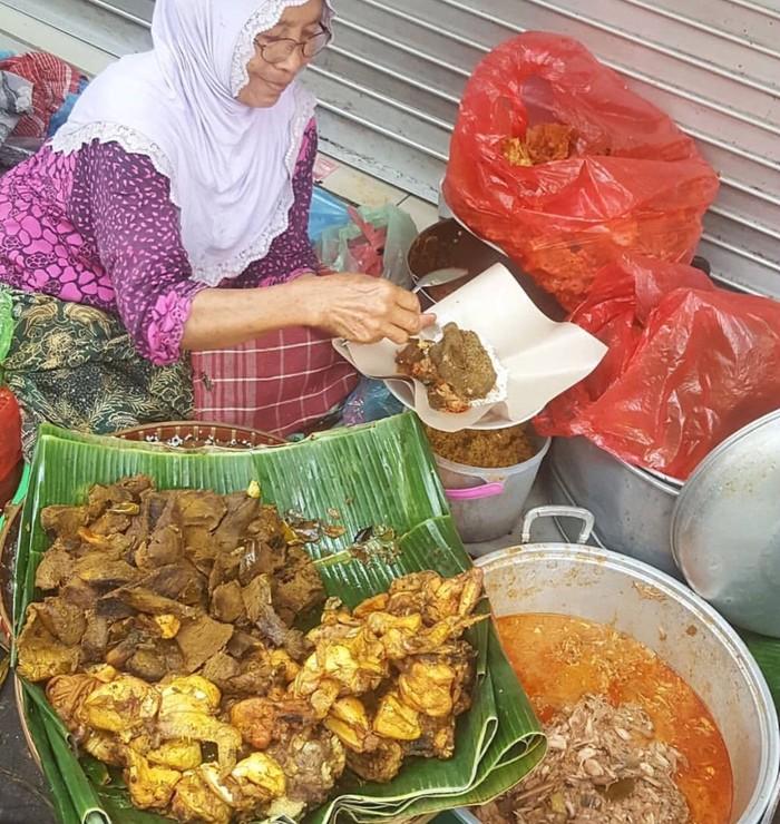 Penjaja nasi bhuk yang biasa mangal di jalan-jalan strategis di Malang. Sayur nangka muda dan aneka jeroan sapi bisa dipilih sesuai selera. Foto : Instagram @erfinaerlistjan