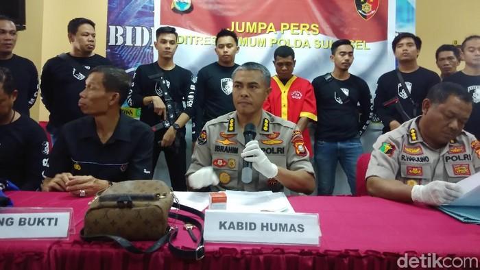 Foto: Hermawan M-detikcom/  Kabid Humas Polda Sulsel Kombes Ibrahim Tompo bersama Kabid Dokkes Polda Sulsel Kombes Raden Harjuno