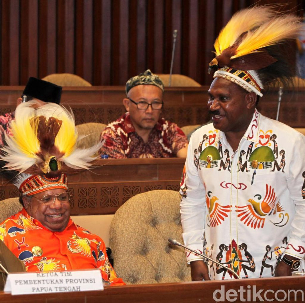 Kepala Daerah Papua Pakai Topi Rumbai Saat Rapat di DPR