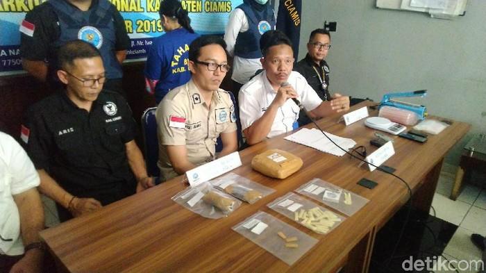 BNN Ciamis tangkap ibu rumah tangga pengedar narkoba. (Foto: Dadang Hermansyah/detikcom)