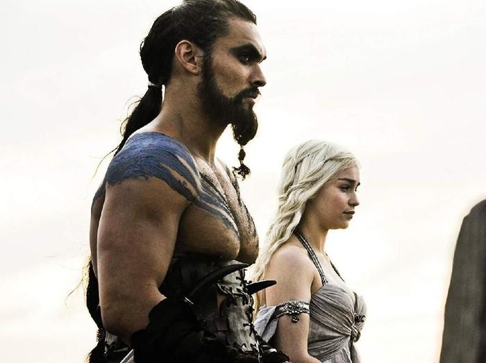 Jason Momoa dan Emilia Clarke.