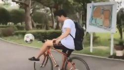 Gaya Nyentrik Pemuda Jepang saat Dribble Bola