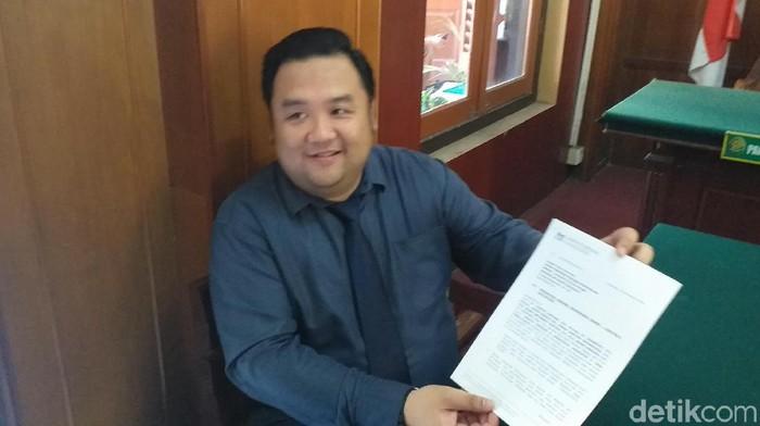 Kuasa hukum PN menunjukkan surat pencabutan permohonan (Foto: Amir Baihaqi)