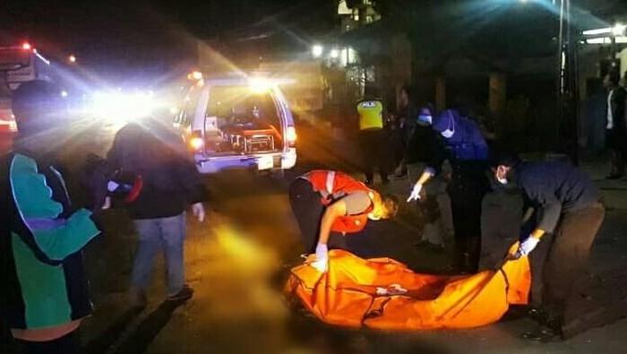 Evakuasi dua korban tewas akibat tabrak lari di Sragen. Foto: Istimewa