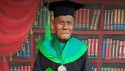 Panutan! Kakek La Ode Wisuda Sarjana di Usia 85 Tahun