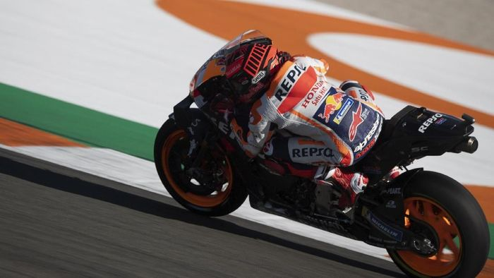 Marc Marquez terjatuh di tes MotoGP Jerez dan mengalami dislokasi kecil di bahu kanannya. (Foto: Mirco Lazzari gp/Getty Images)