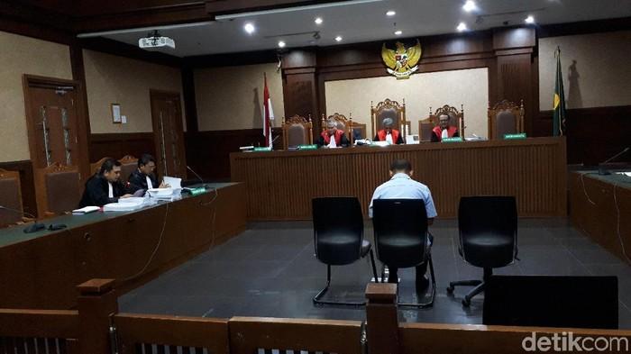 Abu Bakar, nelayan yang diduga menjadi perantara suap untuk Gubernur Kepri nonaktif Nurdin Basirun (Faiq Hidayat/detikcom)