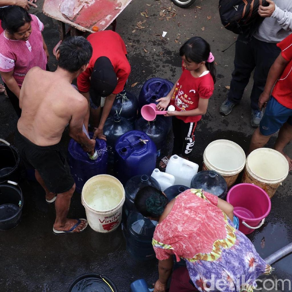 Warga Cipayung Antre Air Bersih