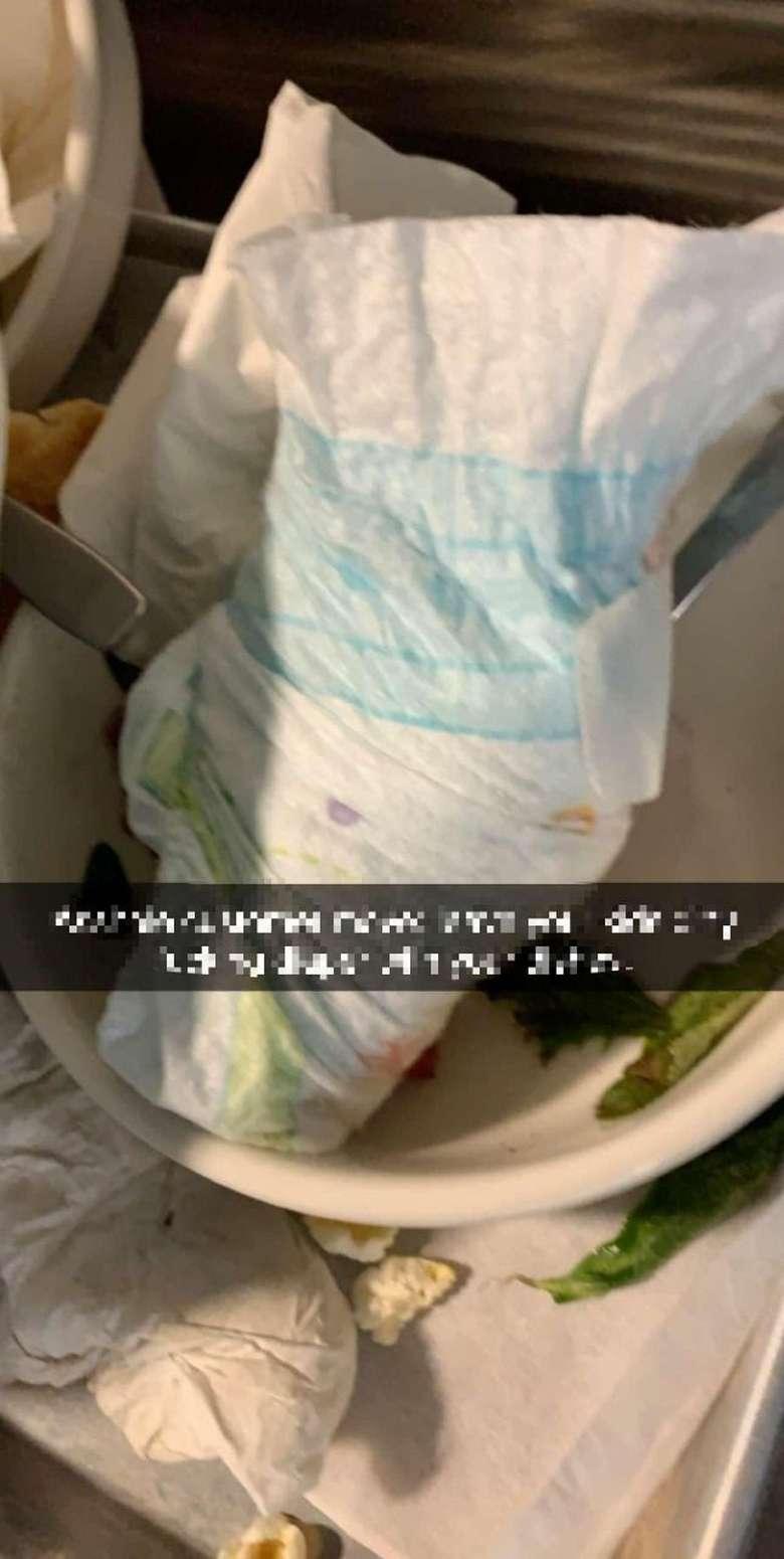 Tak tahu diri, pengunjung restoran ini tinggalkan popok kotor di atas piring makanan yang harus dibersihkan oleh para pelayan. Foto: Istimewa