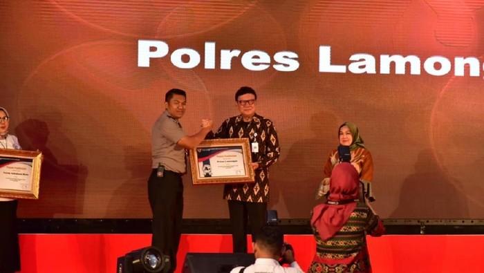Saat Kapolres Lamongan AKBP Feby DP Hutagalung menerima penghargaan/Foto: Eko Sudjarwo
