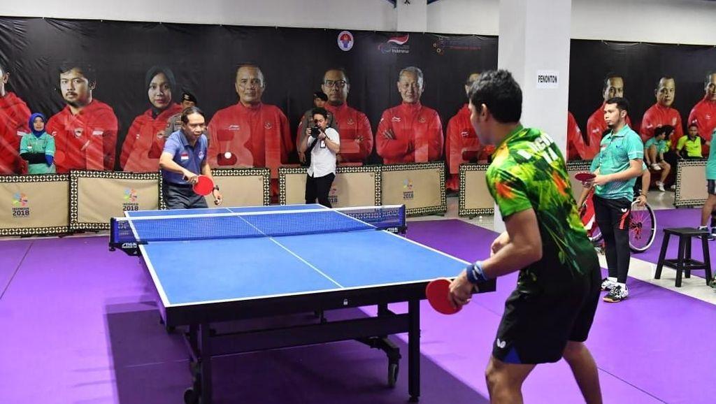 Tinjau Pelatnas, Menpora Main Tenis Bareng Atlet Asean Para Games