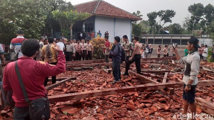 Aula SMK Negeri 1 Miri Kabupaten Sragen ambruk dan menimpa 22 siswa, Rabu (20/11/2019). Foto: Andika Tarmy/detikcom