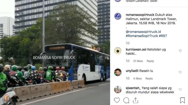 Pemotor lawan arus yang meminta bus TransJakarta mundur Foto: Instagram