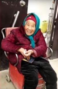 Meleleh! Ini Reaksi Wanita 84 Tahun Saat Diberi Permen Ibunya yang 107 Tahun