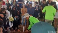 Tangis Istri Pecah di Pemakaman Cecep Reza Bombom