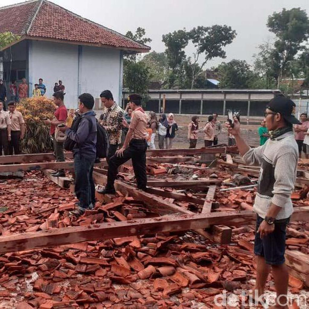 Puing-puing Aula SMKN 1 Miri Sragen yang Ambruk Diterjang Angin