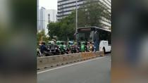 Lawan Arus Busway, Gerombolan Pemotor Ngeyel Paksa Mundur TransJ