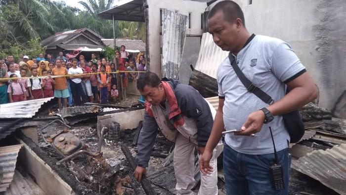 Rumah terbakar di Hamparan Perak Deli Serdang Sumut/Foto: Dok Polsek Hamparan Perak