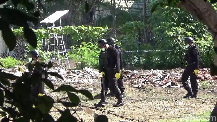 Foto: Hasrul Nawir-detikcom/ Polisi menyisir lokasi ledakan di Kejari Parepare Sulsel