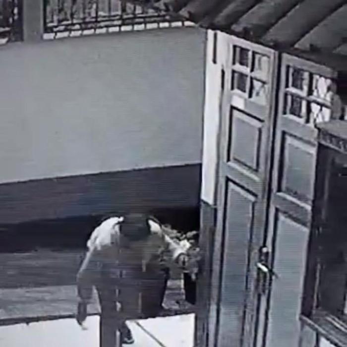 Pencuri hanya membawa minyak telon, betadine dan uang recehan dari sekolah yang disatroninya di Cimahi. (Foto: Rekaman CCTV)