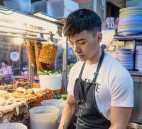 Tampan dan Mirip Model, Penjual Nasi Ayam Ini Diantre Pembeli!