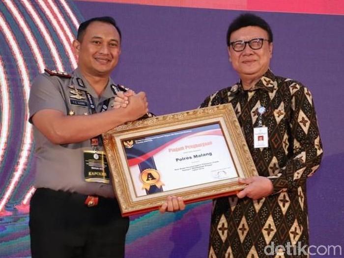 Kapolres Malang menerima penghargaan Pelayanan Prima dari Menpan RB (Foto: Istimewa)
