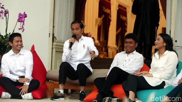 Jokowi memperkenalkan staf khusus presiden /