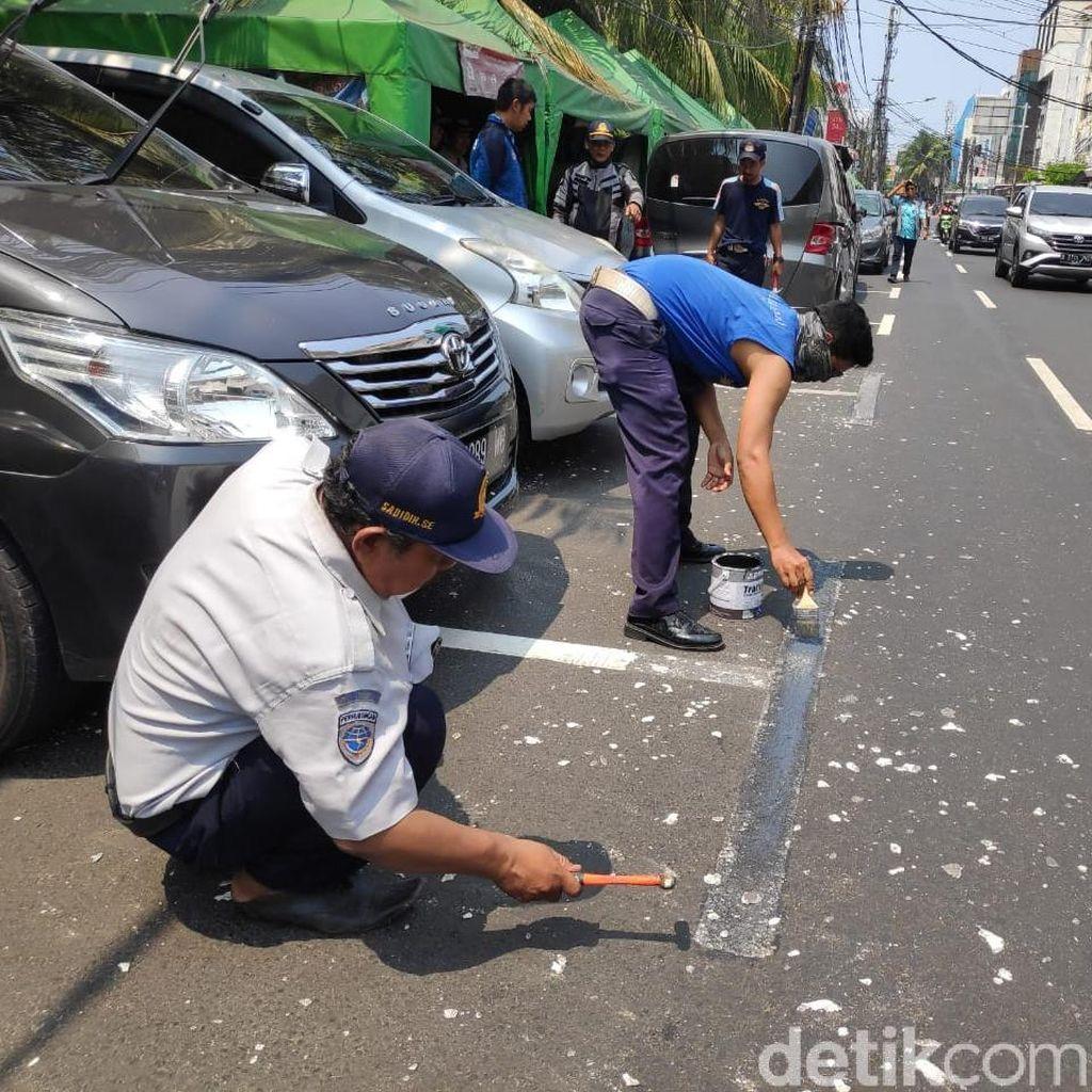Dihapus, Bekas Marka Parkir yang Serobot Jalan di Jakpus Dicat Hitam