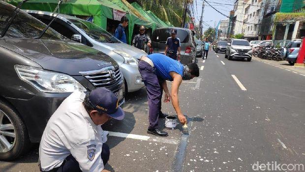 Marka Serobot Jalan Juanda Jakpus Sudah Dihapus, Mobil-Motor Masih Parkir