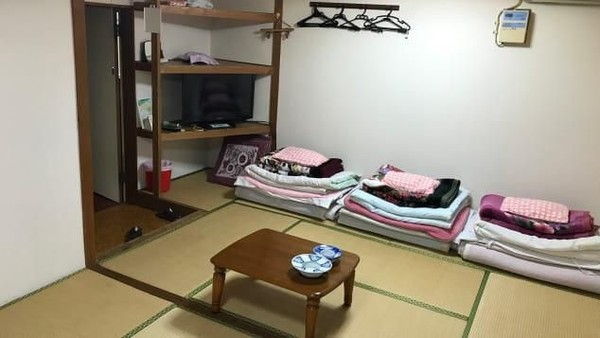 Pengunjung yang bersedia akan ditempatkan di kamar no. 8. Fasilitasnya cukup nyaman, apalagi dengan harga Rp 14 ribuan. (Asahi Ryokan)